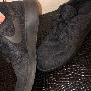 Black Nike Roshe 1 shoes